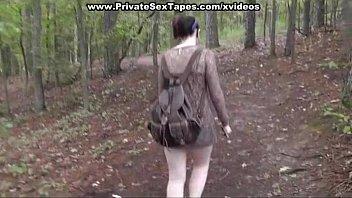 Der Junge Läuft Ihr Nach, Wenn Sie Gehen Weg Aus Dem Wald, Und Im Winter, Und Es Ist Verdammt