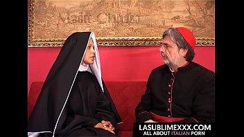 Ein Mönch Geht, Um Den Draht Und Schraube Eine Schwarze Mädchen Mit Kleinen Titten