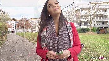 Allemand Avec De Grosses Silicones Pénétrées Par Un Adolescent De 22 Ans