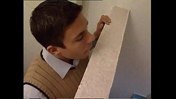 İtalyan Tuvalete Gittiğinde Öğretmen Bakıyor Ve Onu Sikmek İstiyor