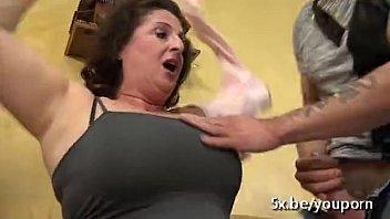 होने सेक्स के साथ एक बूढ़ी औरत हो रही है गड़बड़ By दो लड़कों