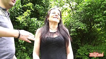 لورا في الحديقة مقتنعة بممارسة الجنس الوحشي مقابل المال