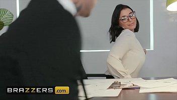 يقوم المعلم بإدراج دسار في مؤخرتها