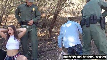 شرطي في مهمة يخترق كس صغير في الغابة ثم يكبل يديها