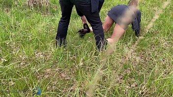 يمارس رجال الأعمال الجنس في أحد الحقول