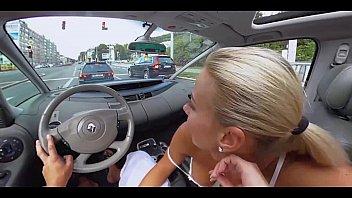 في بلدها كس تحب أن تقرأ في السيارة, مص ديك في صديق, في السيارة