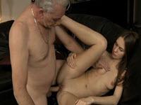 سمراء قرنية حتى إنها تمارس الجنس مع جدها