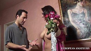 Él Trae Flores Y Se Folla A La Mujer De Edad Avanzada Con Un Coño Se Moja