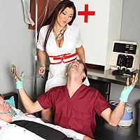 La Enfermera Morena Golpeó Anal Por Un Paciente Caliente