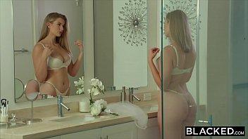 Regardez Dans Le Miroir Et Il Fait Chaud Et Ils Commencent À Baiser Dans L'anus Avec Un Gars Noir