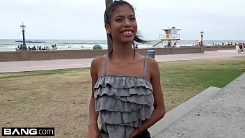 La Jeune Fille Noire Avec Des Gros Seins, Des Petits Pilonne Dur Dans Sa Chatte Humide Rose