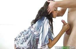 Adolescente Morena Chupa Una Gran Polla