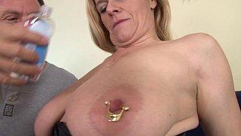 इस कुतिया पर छल्ले के साथ निपल्स के साथ उसके स्तनों, और Lindic लेता है उसके मुंह में एक डिक