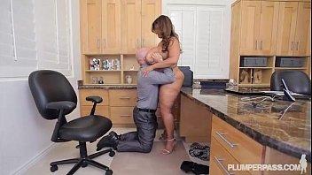 Sie Können Nirgendwo Ficken, Außer Im Büro. Sie Saugt Seinen Schwanz Wie Ein Oberteil