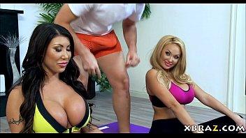 Porno Avec Une Présentatrice De Télévision Baise Deux Bodybuilders Pervers