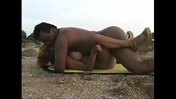 Sexo En África Con Un Negro Follando En La Playa Con Una Mujer Blanca De Grandes Tetas