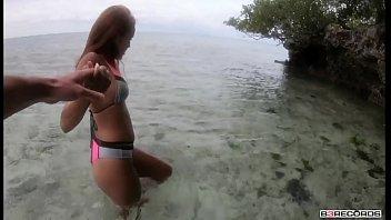 Er Bringt Sie Auf Eine Einsame Insel, Wo Er Sie Wunderschön Fickt
