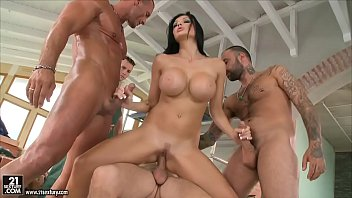 Brunette Slut Fucks With 5 Builders Pulosi