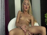 Dünn Mit Kleinen Titten Bekommt Eine Masturbaeza